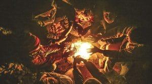 Kinder, die sich am offenen Feuer wärmen (Eurasia; Cihat Alparcik)
